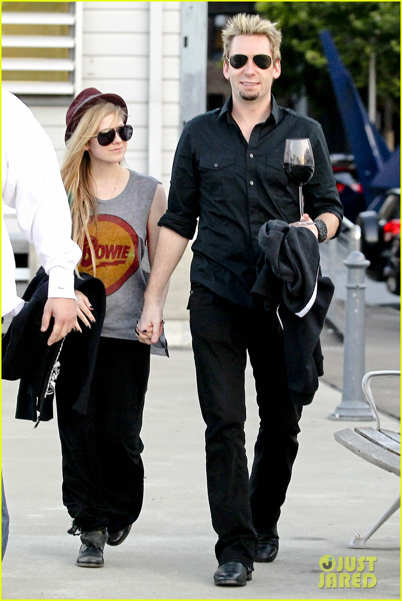 avril lavigne accompanies fiance chad kroeger on tour 04a2762819