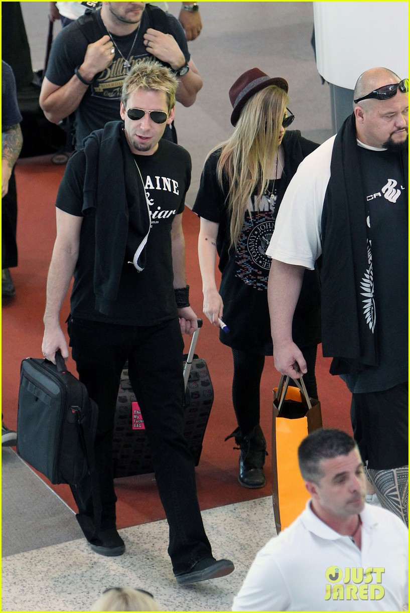 avril lavigne accompanies fiance chad kroeger on tour 16