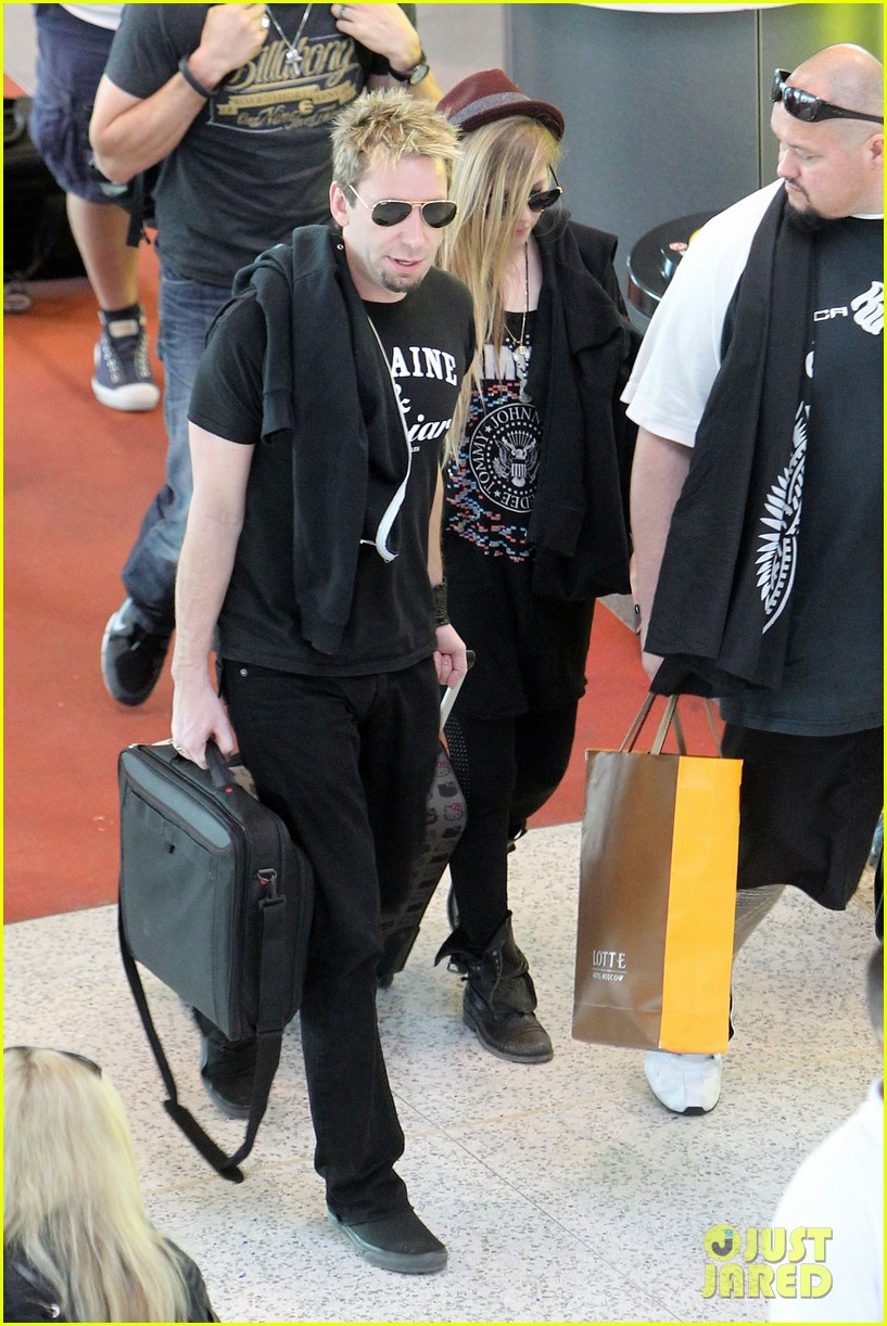 avril lavigne accompanies fiance chad kroeger on tour 192762834