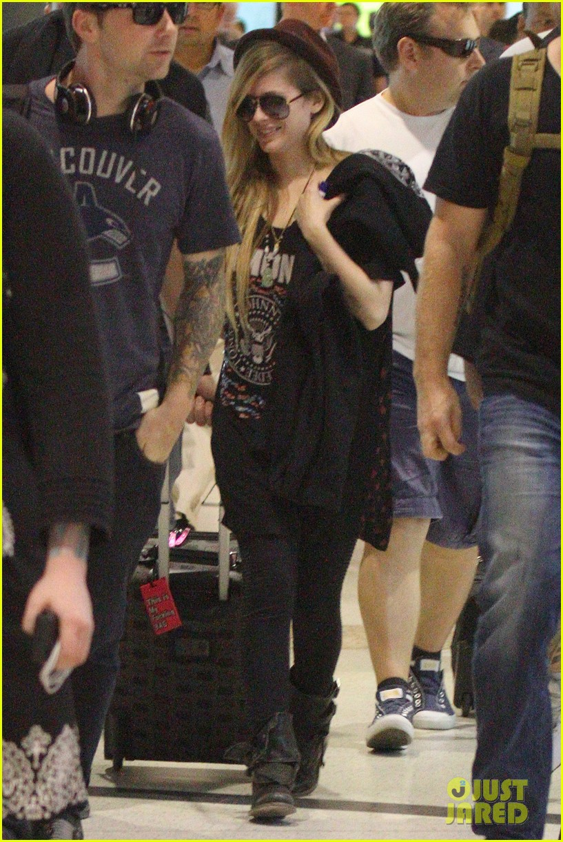 avril lavigne accompanies fiance chad kroeger on tour 332762848