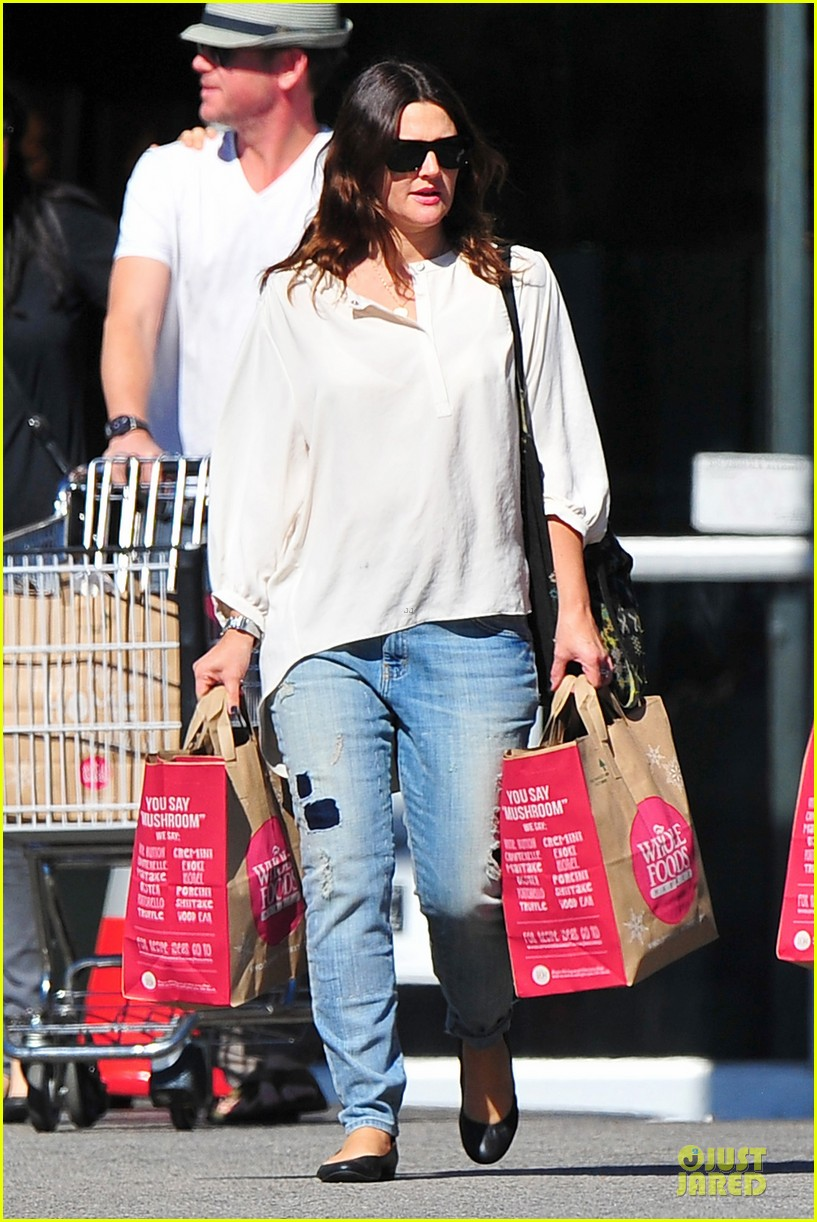 drew barrymore appreciates whole foods with a hug 012751138