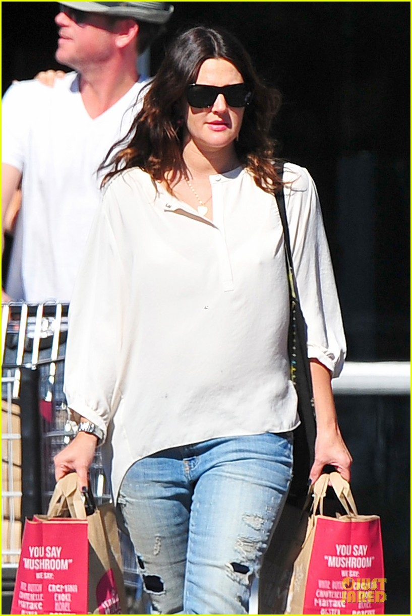 drew barrymore appreciates whole foods with a hug 022751139