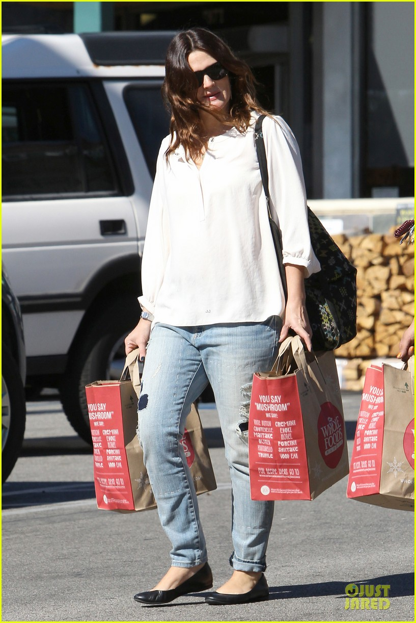 drew barrymore appreciates whole foods with a hug 062751143