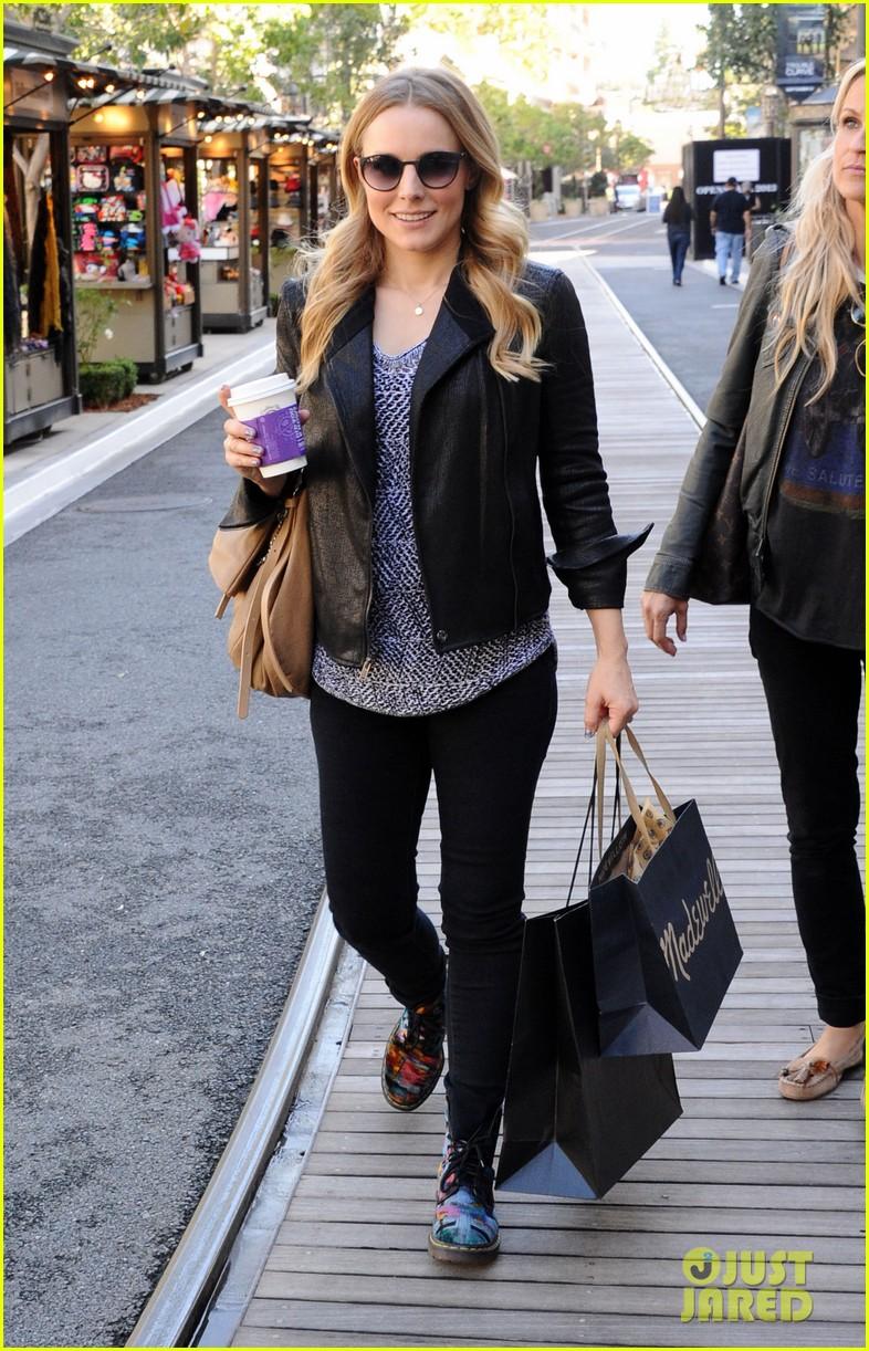 kristen bell debuts tiny baby bump 032751654
