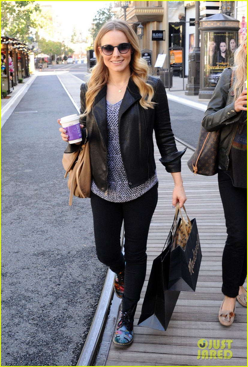 kristen bell debuts tiny baby bump 082751660