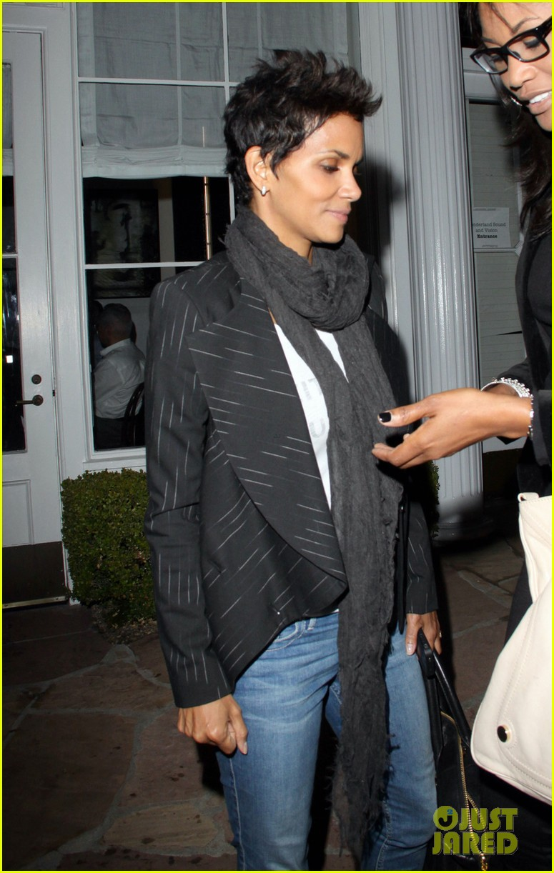 halle berry osterio drago dinner date with her gals 04