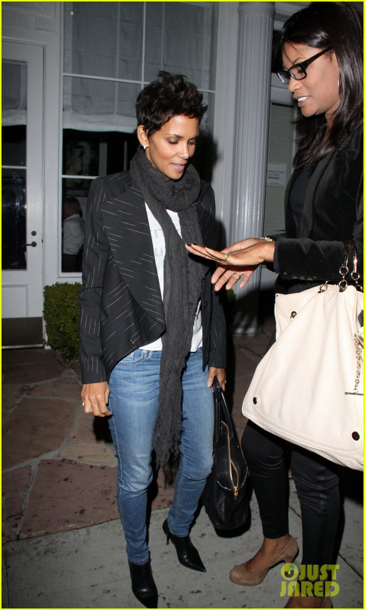 halle berry osterio drago dinner date with her gals 05