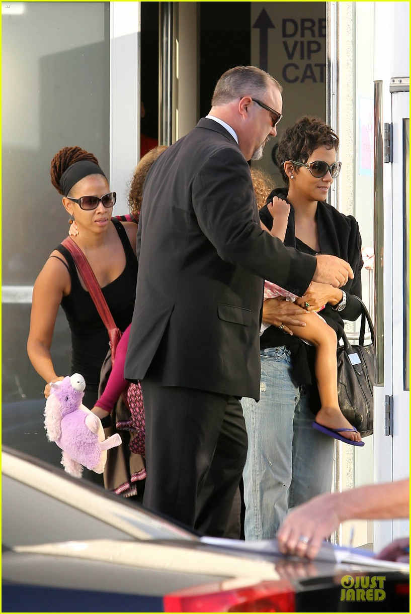 halle berry post thanksgiving theater show 032763034
