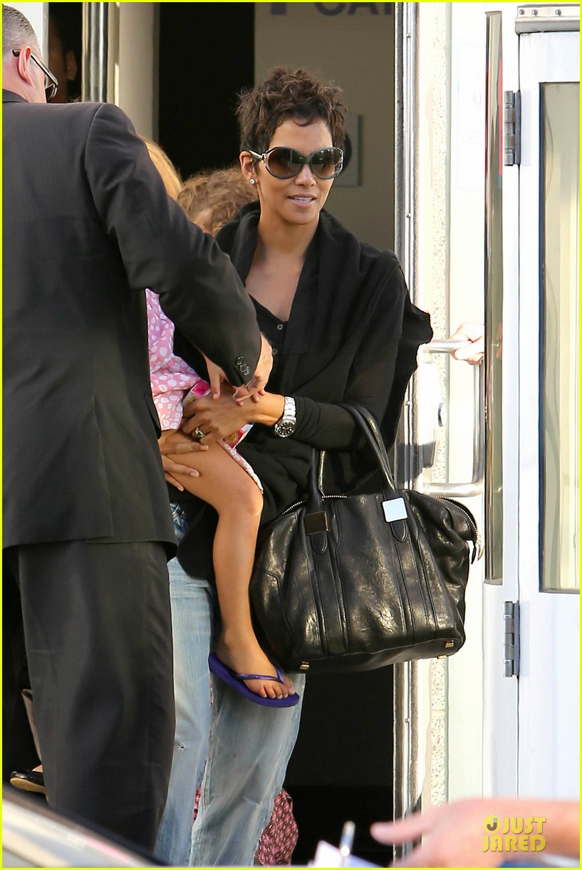 halle berry post thanksgiving theater show 042763035