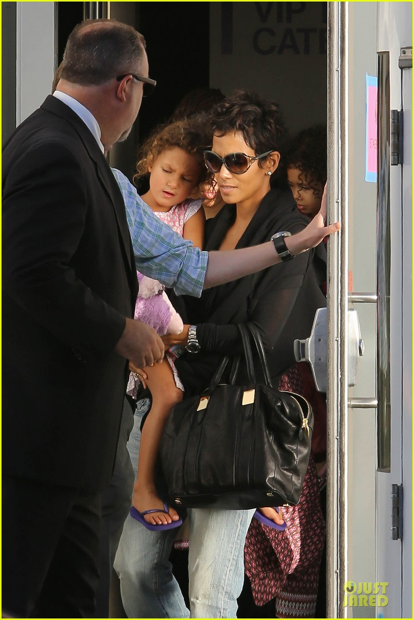 halle berry post thanksgiving theater show 082763039