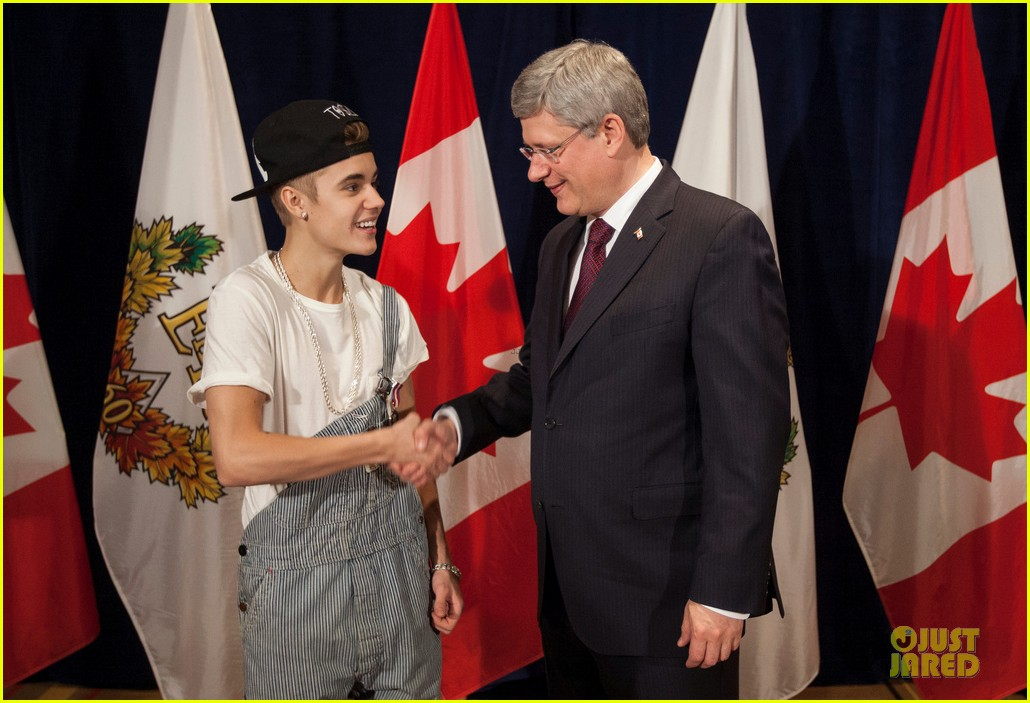 justin bieber defends wearing overalls to meet prime minister 052763835