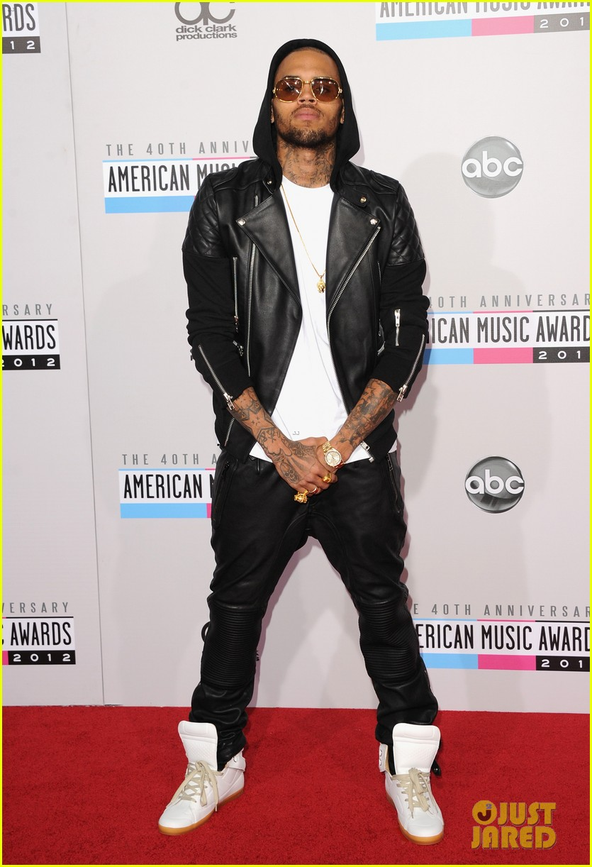 chris brown amas 2012 red carpet 02