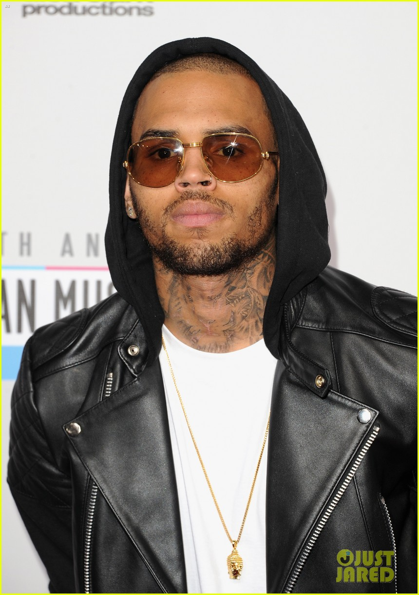 chris brown amas 2012 red carpet 03