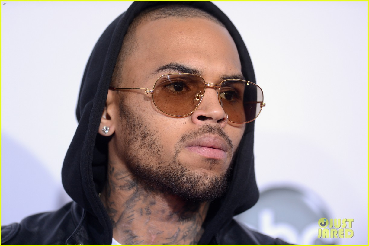 chris brown amas 2012 red carpet 05
