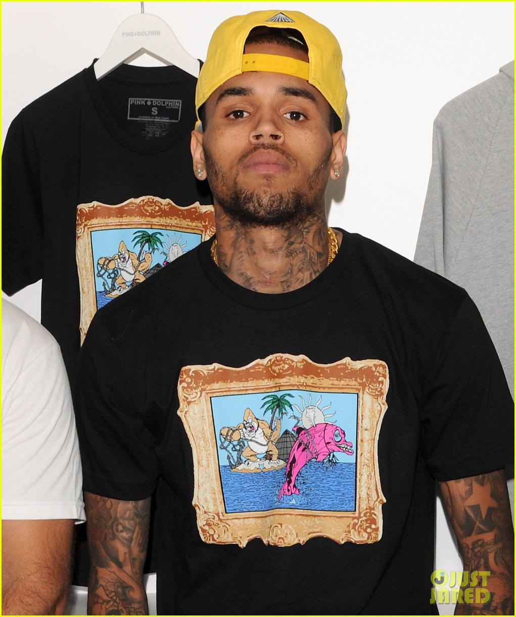 chris brown pink dolphin in store meet and greet02