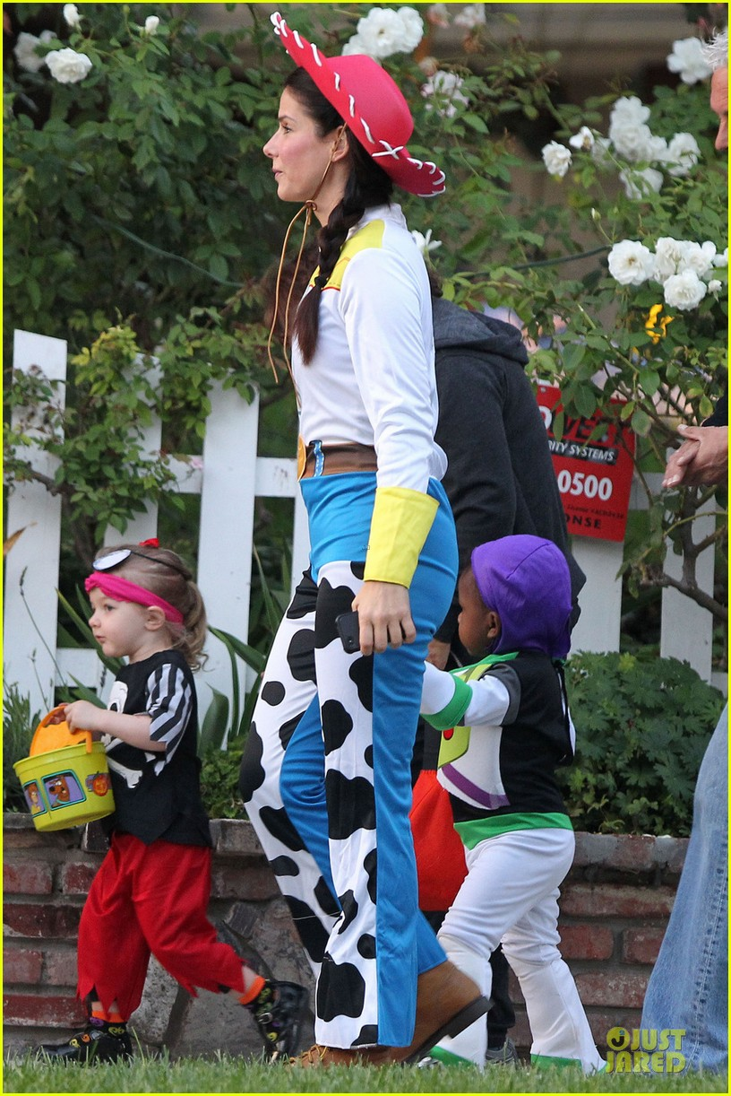 sandra bullock louis toy story halloween duo 01
