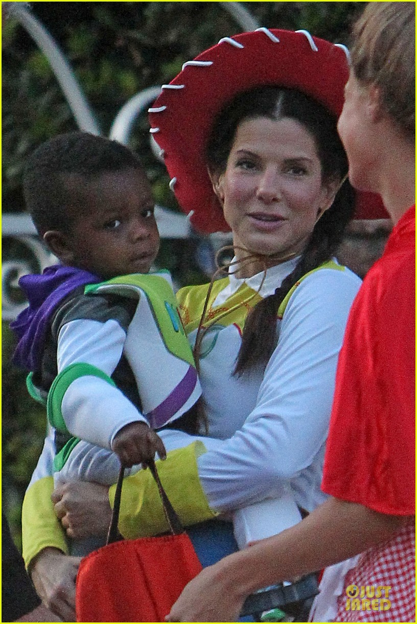 sandra bullock louis toy story halloween duo 02