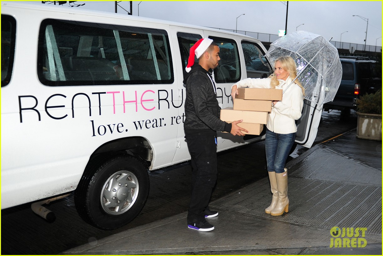 kristin chenoweth meets santa under the miseltoe 102765809