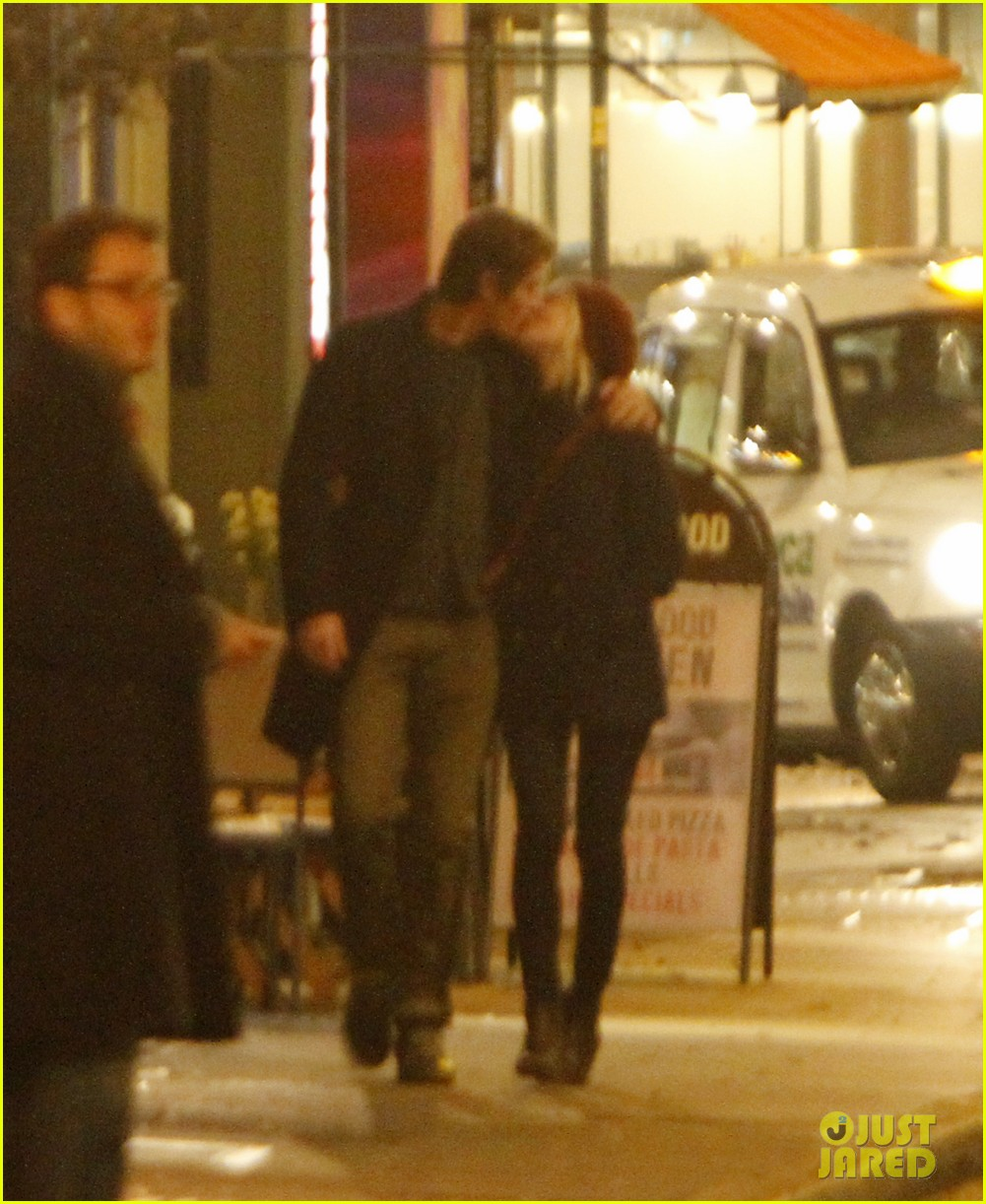 kirsten dunst garrett hedlund kissing london couple 012760122