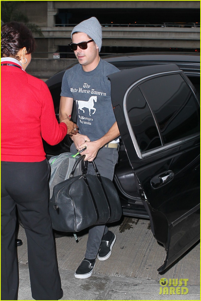zac efron leaves rainy los angeles 062766246