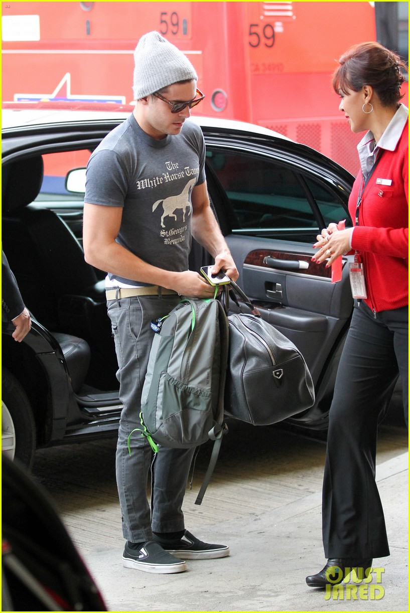 zac efron leaves rainy los angeles 07