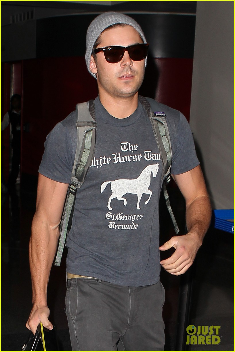 zac efron leaves rainy los angeles 11