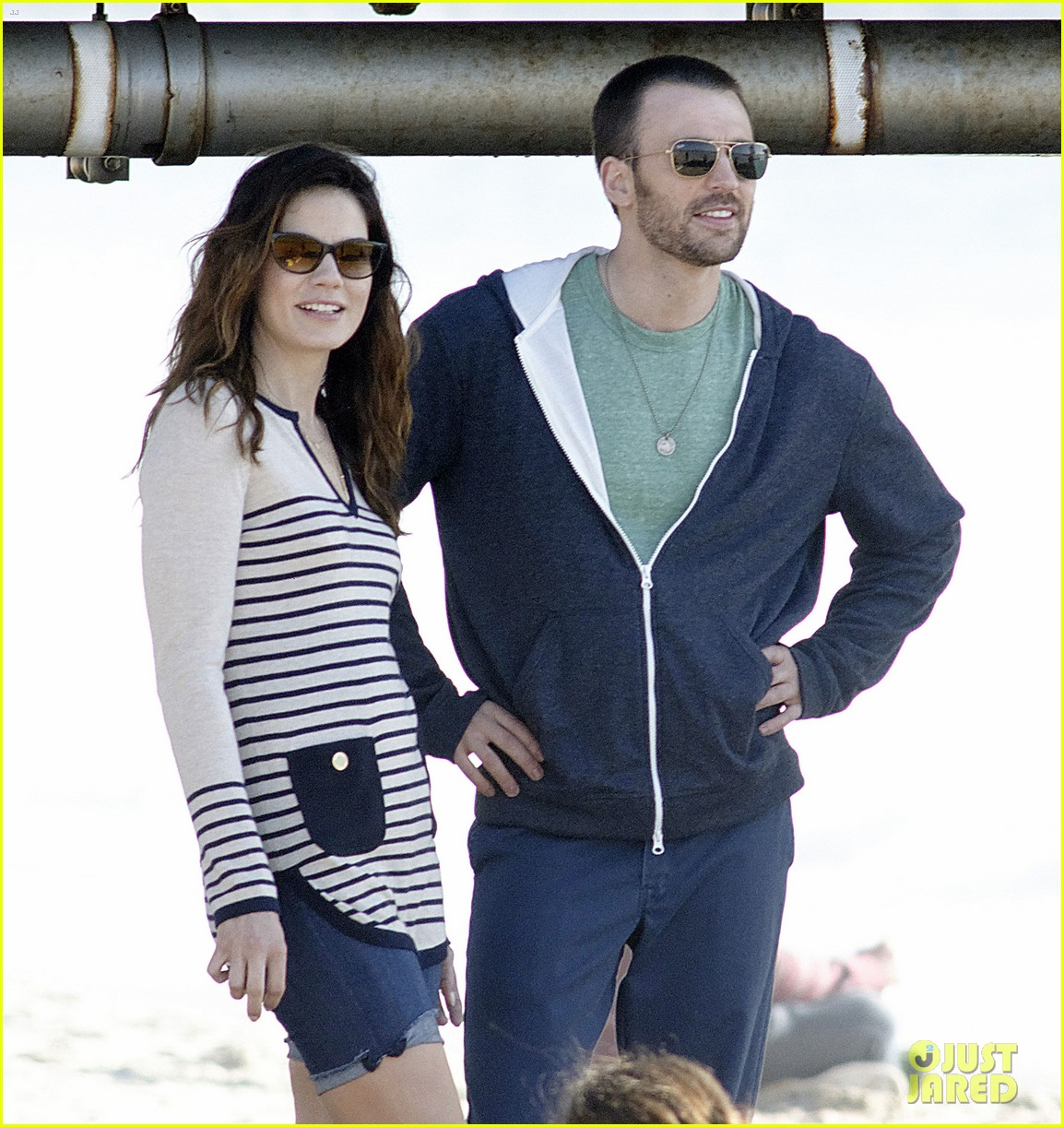 chris evans films splintered thing minka kelly works out 102761549