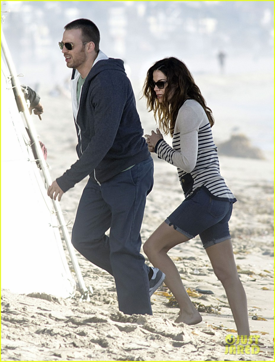 chris evans films splintered thing minka kelly works out 172761556