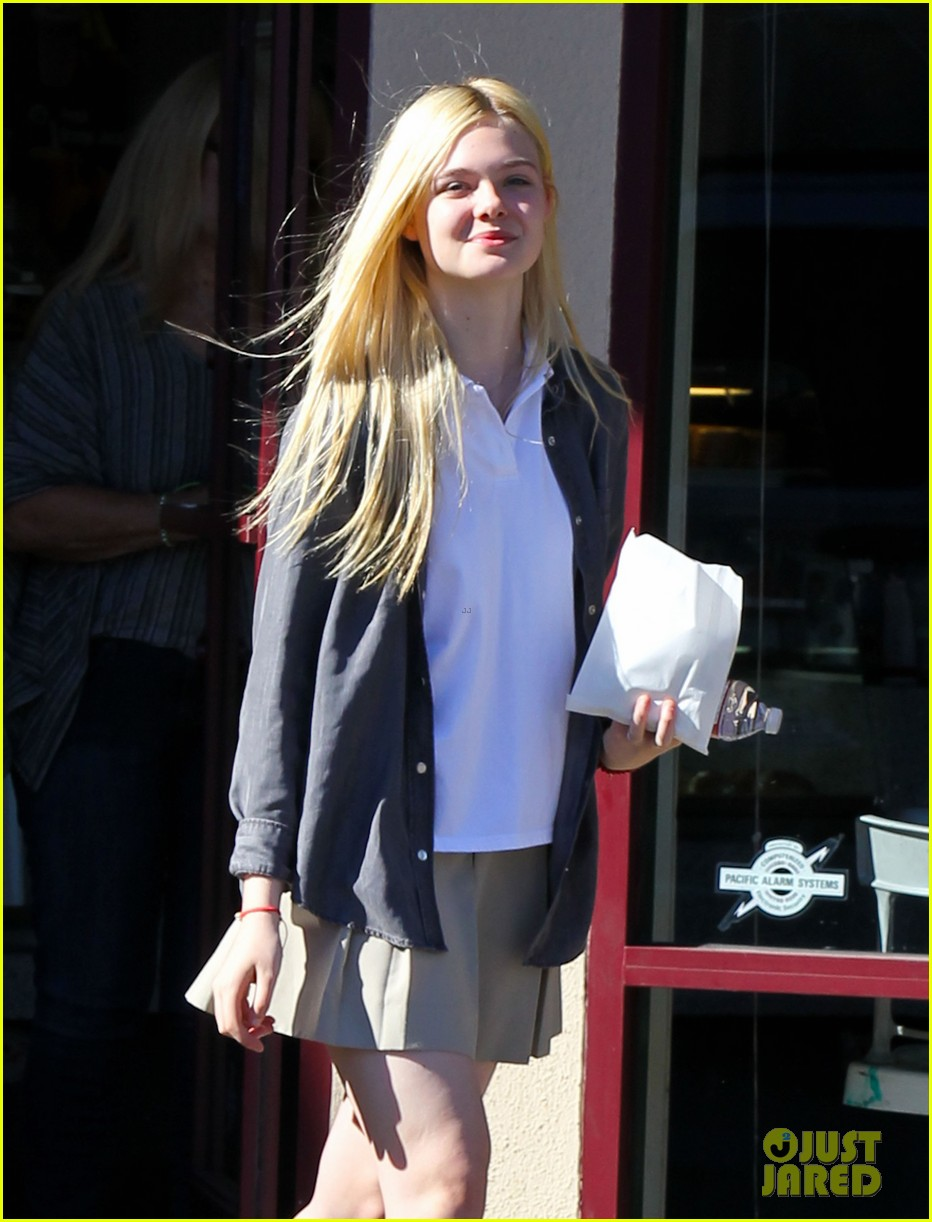 elle fanning showing some leg 062757797
