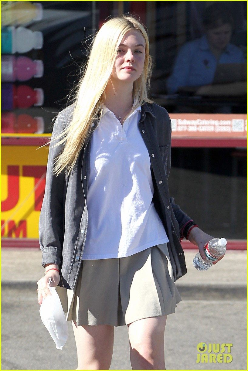 elle fanning showing some leg 192757810