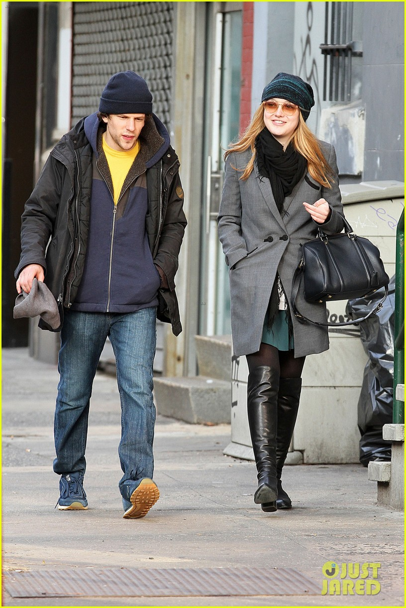 dakota fanning soho stroll with jesse eisenberg 02