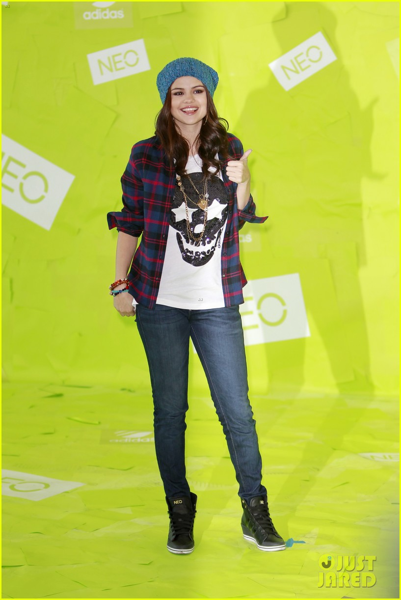 selena gomez thumbs up for neo photo call 012761472