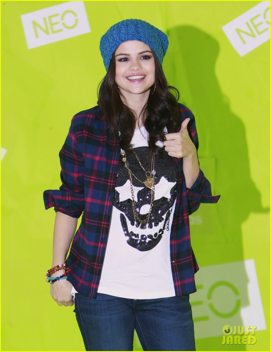 selena gomez thumbs up for neo photo call 02