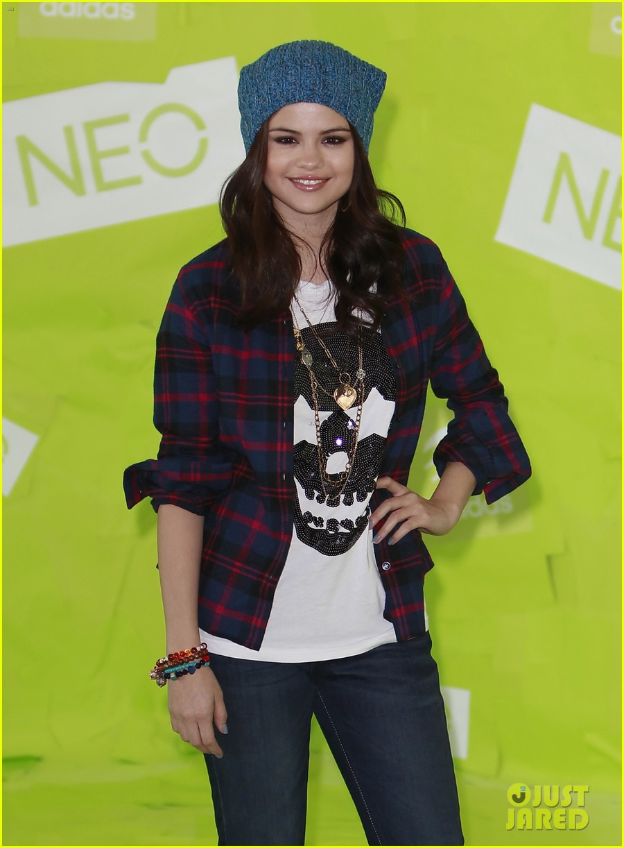 selena gomez thumbs up for neo photo call 04
