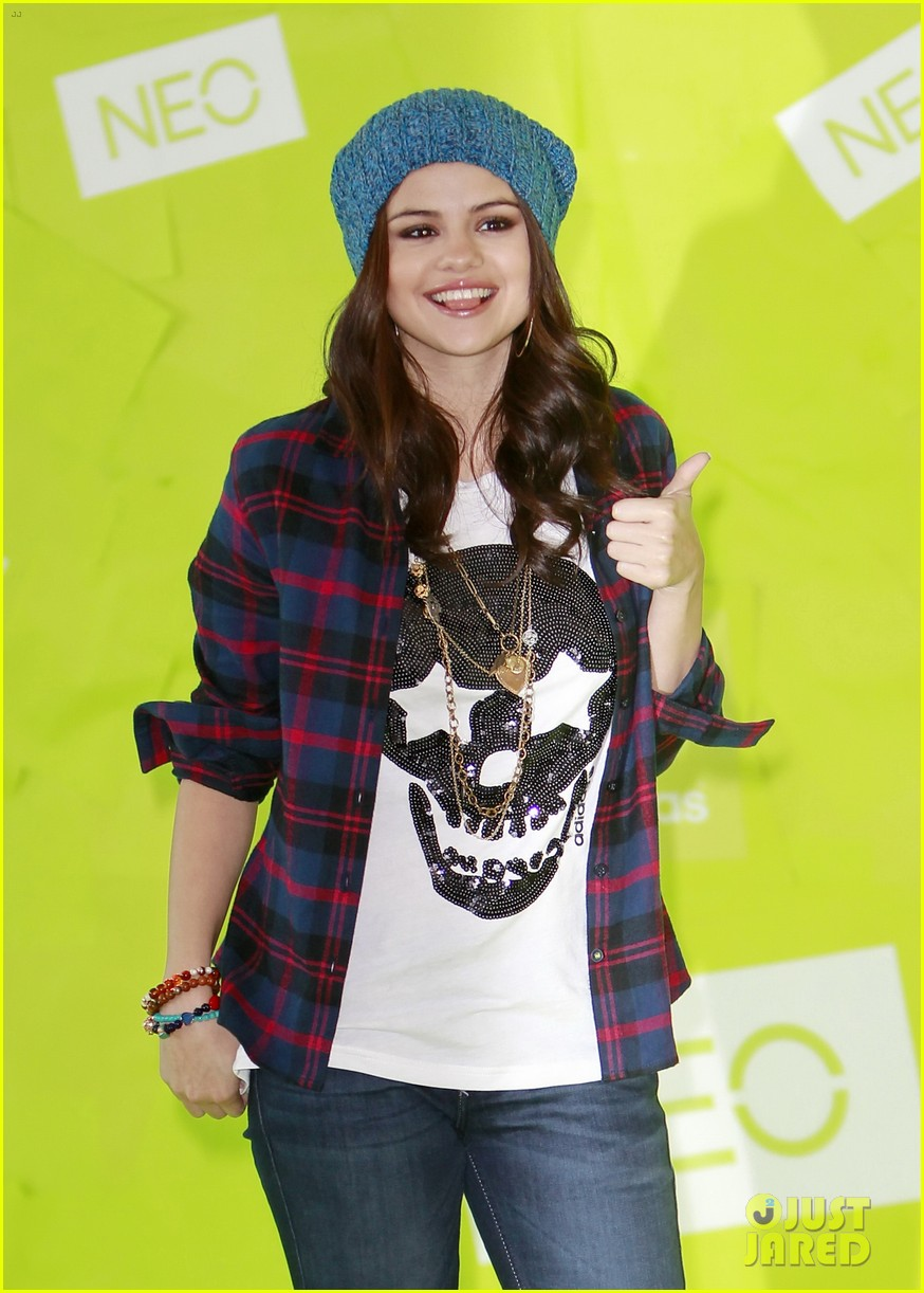 selena gomez thumbs up for neo photo call 102761481