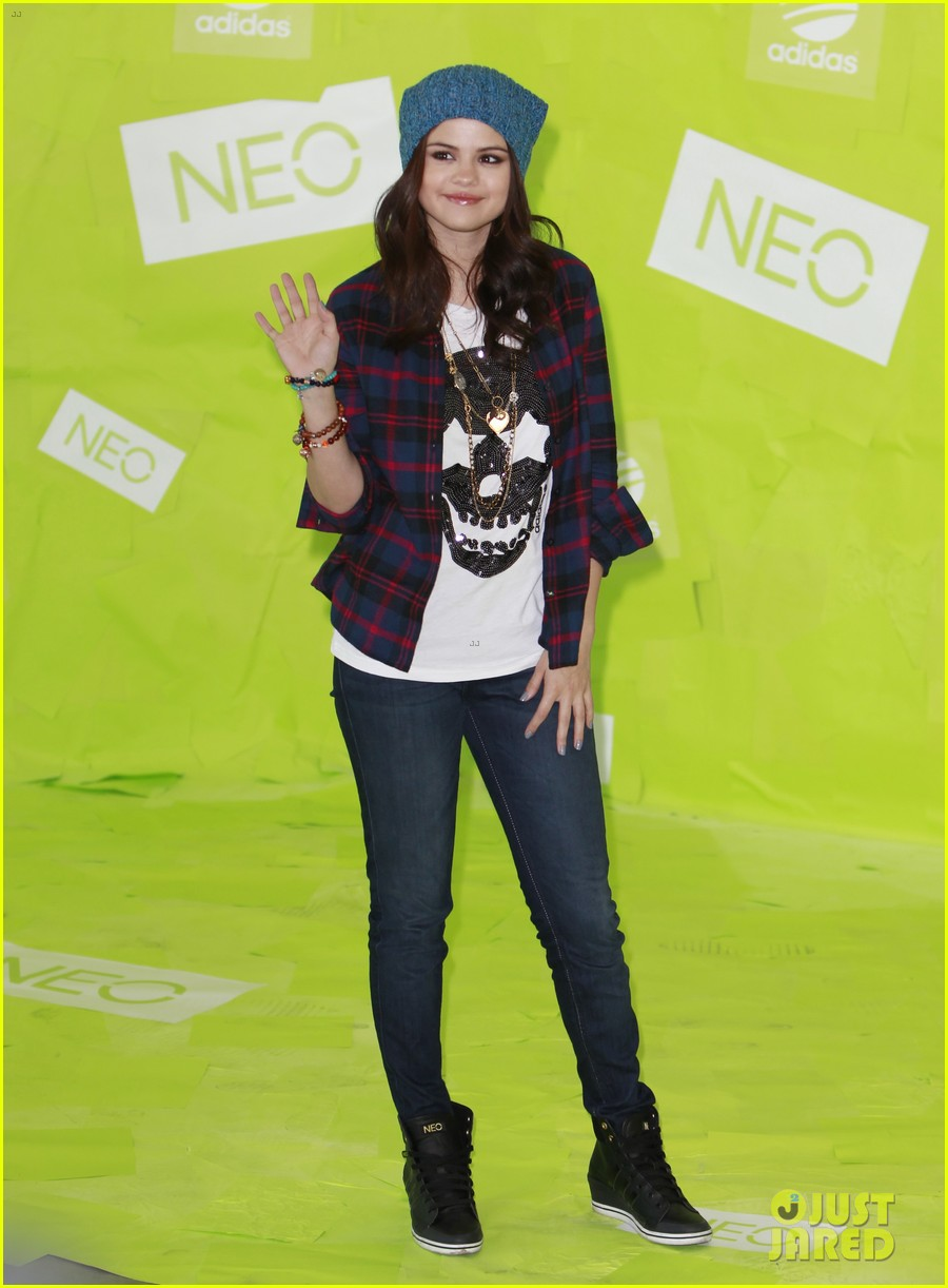 selena gomez thumbs up for neo photo call 182761489