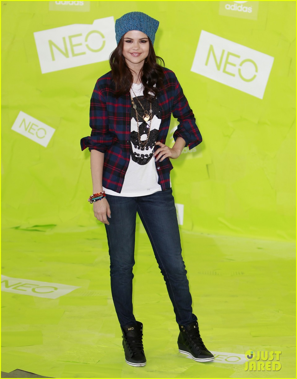 selena gomez thumbs up for neo photo call 192761490
