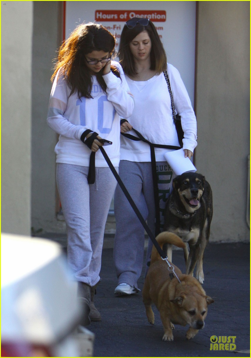selena gomez vet stop with mother mandy 01