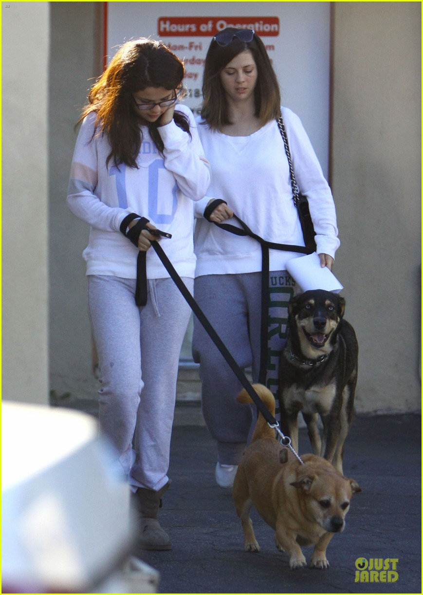 selena gomez vet stop with mother mandy 032763319