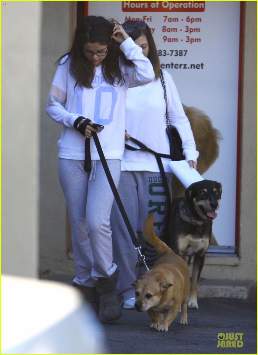 selena gomez vet stop with mother mandy 07