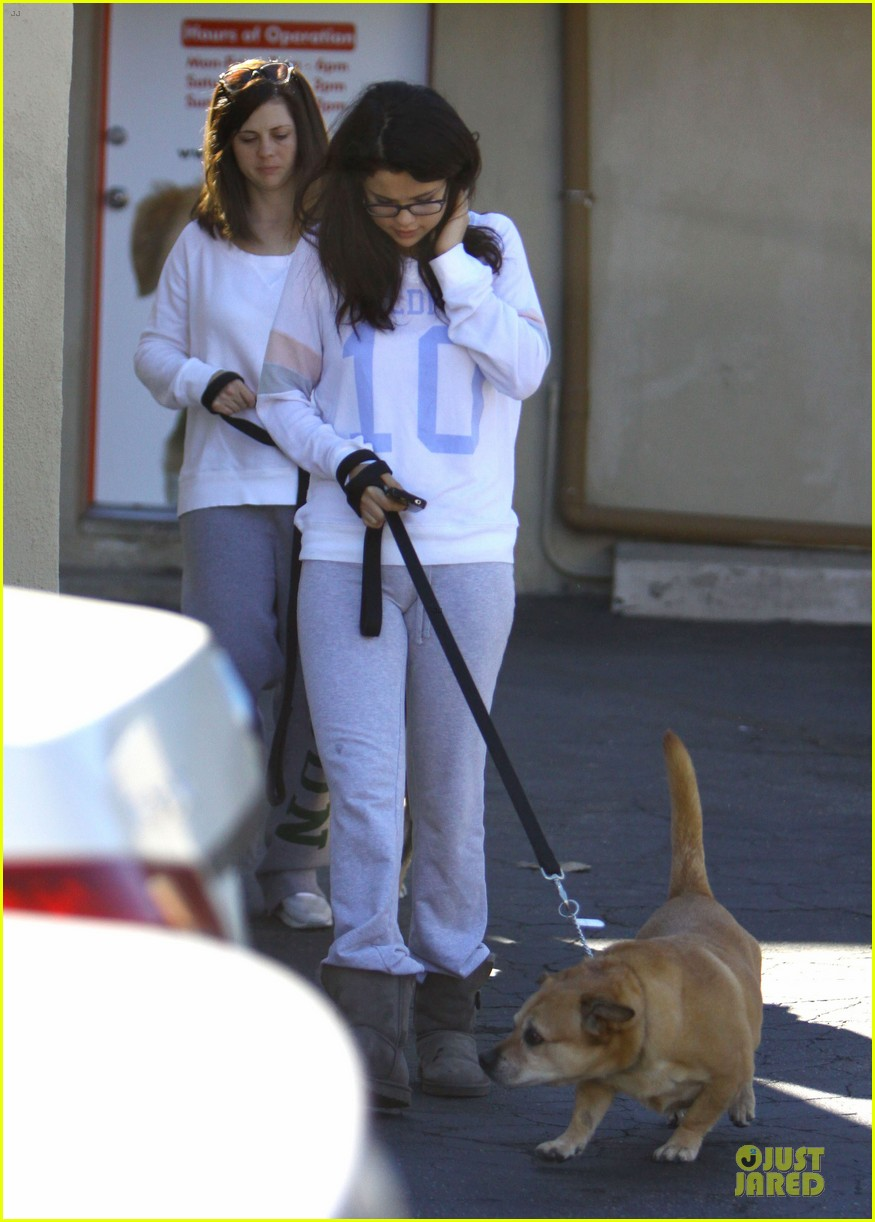 selena gomez vet stop with mother mandy 12