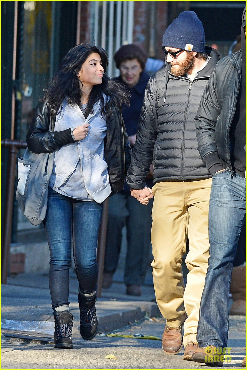 jake gyllenhaal holidng hands with mystery gal in new york city 042754398