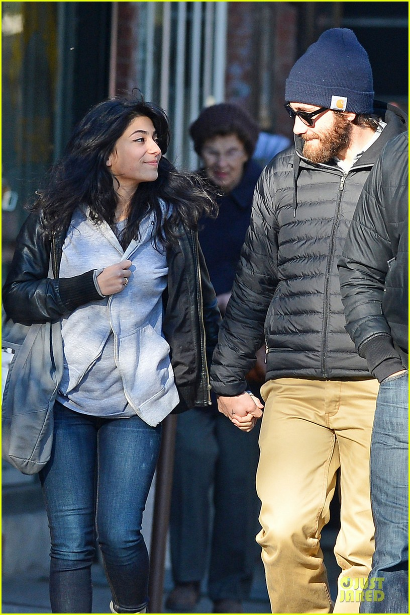 jake gyllenhaal holidng hands with mystery gal in new york city 052754399