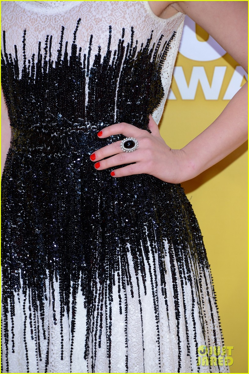 lucy hale cmas 2012 red carpet 042749523