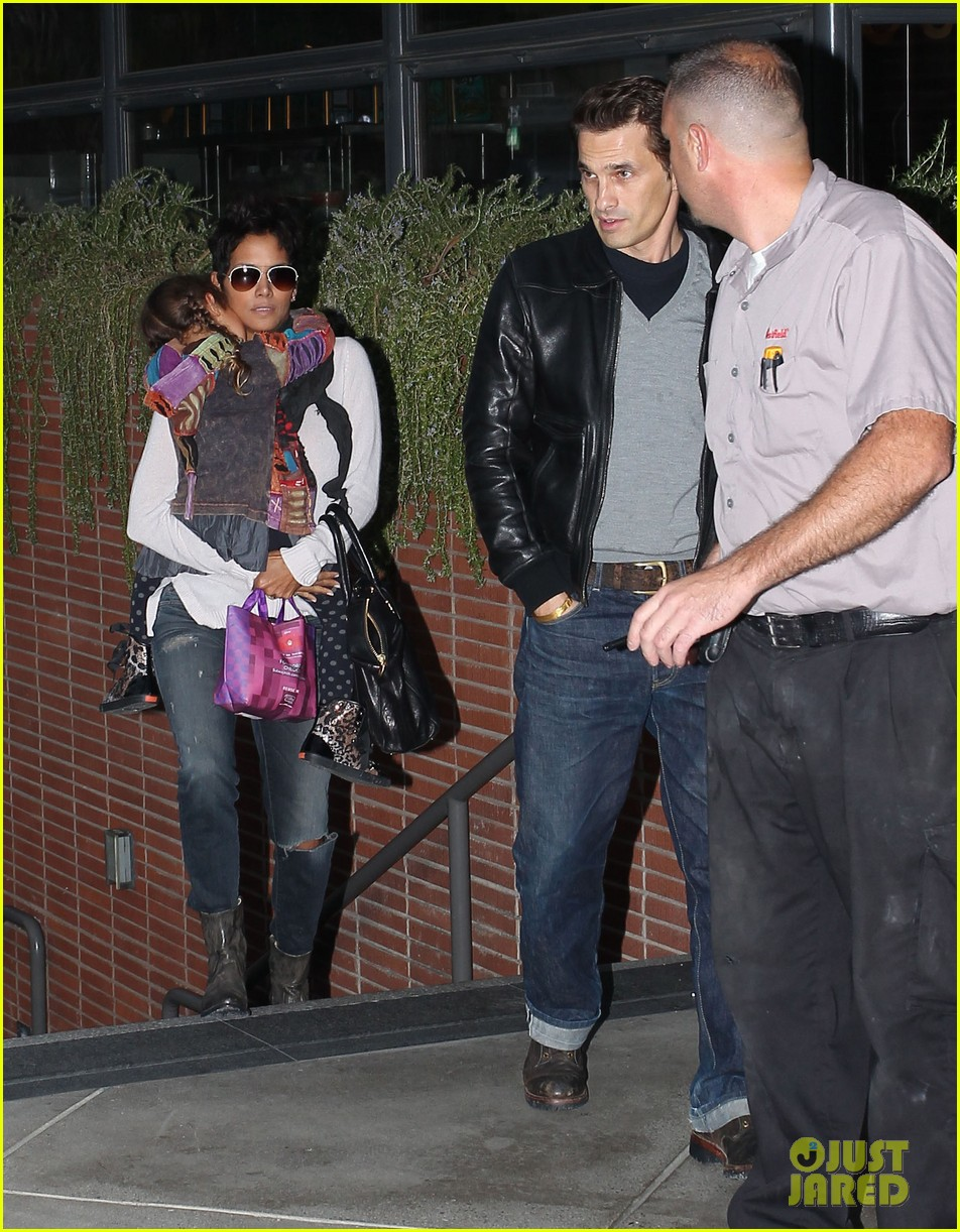 halle berry olivier martinez westfield mall shoppers062758903
