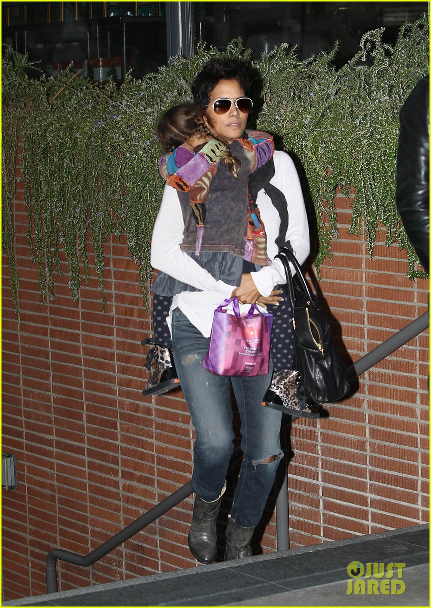 halle berry olivier martinez westfield mall shoppers152758912