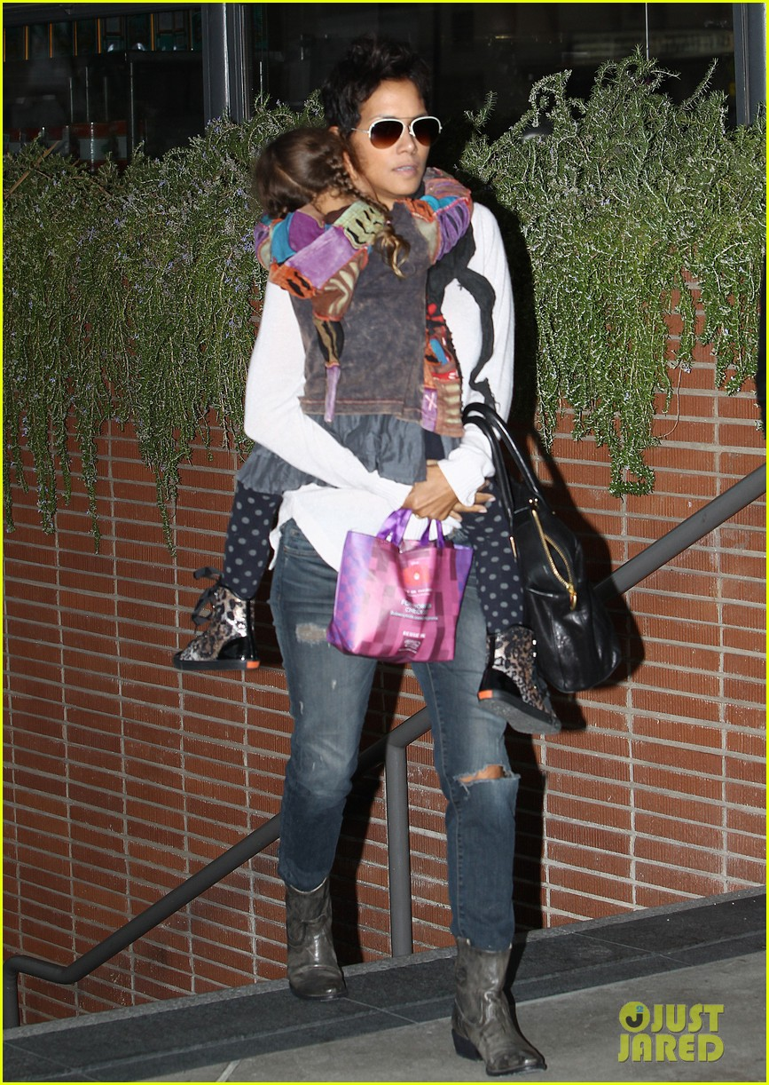 halle berry olivier martinez westfield mall shoppers16