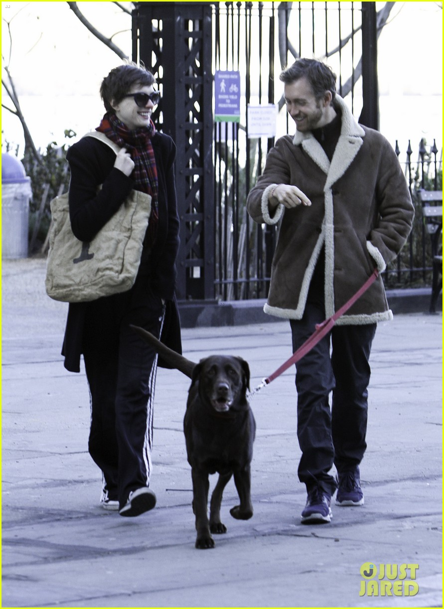 anne hathaway thanksgiving walk 03