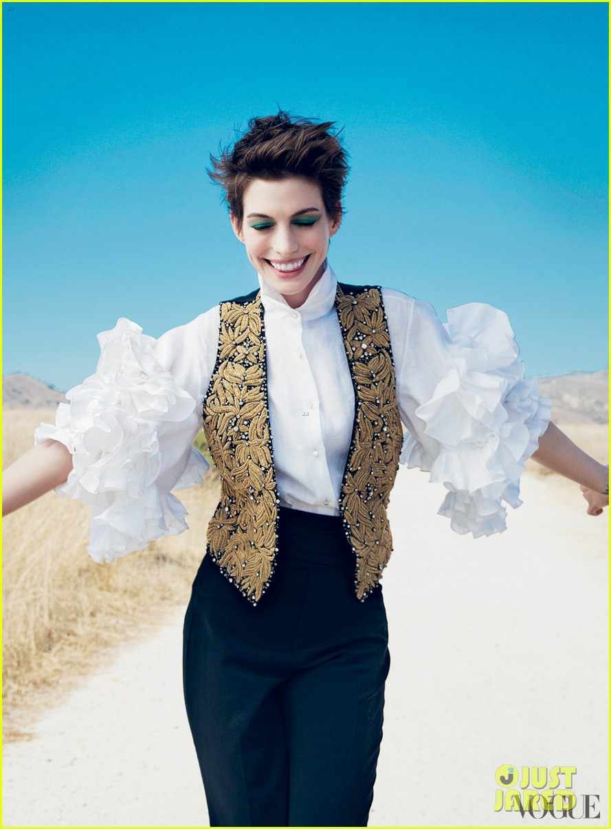anne hathaway covers vogue december 2012 022755816