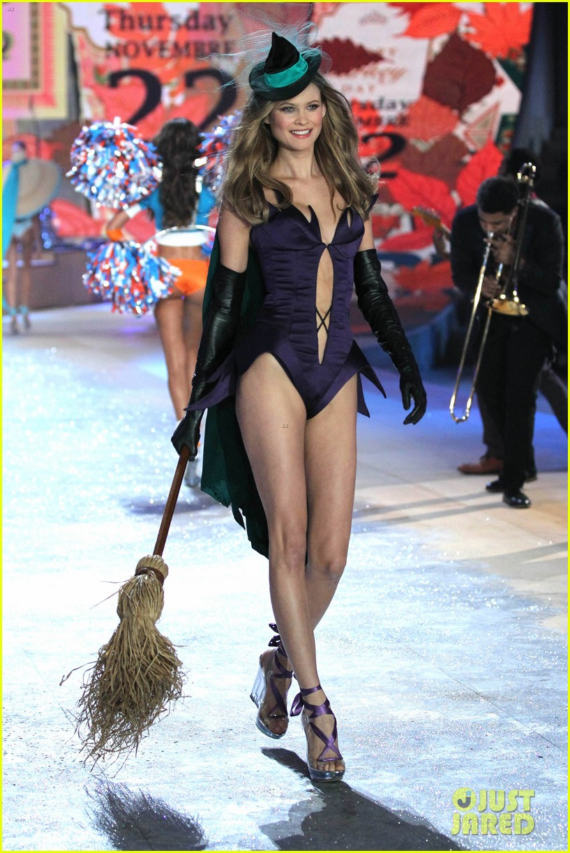 erin heatherton behati prinsloo victorias secret fashion show 2012 052753121